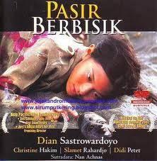 Film yang berjudul PASIR BERBISIK adalah salah satu film yang masuk dalam 5 besar film INDONESIA yang mendunia.... sebagai warga negara INDONESIA kita Pasti pantut bangga dengan film ini karena film ini tlah mengharumkan nama INDONESIA.