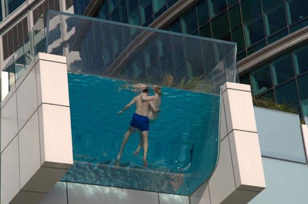 Hotel Intercontinental Festival City, Dubai Gak henti-hentinya Dubai mengejutkan dunia dengan mega proyeknya. Kali ini, di atap Hotel Intercontinental Festival City terdapat kolam renang yang sangat unik. Kolam ini berbentuk melengkung