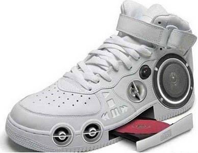 sepatu ini bisa memutar musik pas kita gunakan sambil jalan, wah asik juga ya, (Jangan lupa wownya ya :) )