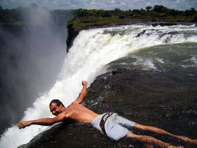 Jika Anda pernah di Zimbabwe, jangan lewatkan kesempatan untuk berenang di The Devils Pool, laguna kecil, dikelilingi oleh batu-batu, di tepi salah satu, air terjun terbesar yang paling indah di dunia, Victoria Falls, di Pulau Livingstone,