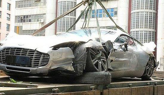 hancurnya mobil aston martin di HongKong