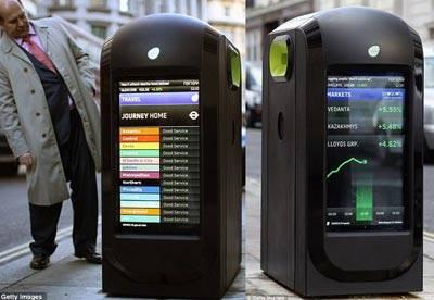 di London ada yang namanya Smart Bin. Seperti halnya smartphone atau smart tv, tempat sampah unik ini memiliki dual-screen LCD display dan terintegrasi dengan konektifitas Wi-Fi yang akan membuatnya menjadi wireless hotspot. Pintar bukan?