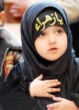 anak kecil yg berjilbab seraya berkata : Bu Guru, Bolehkah Aku Tetap Memakai Jilbabku Saat di Foto?