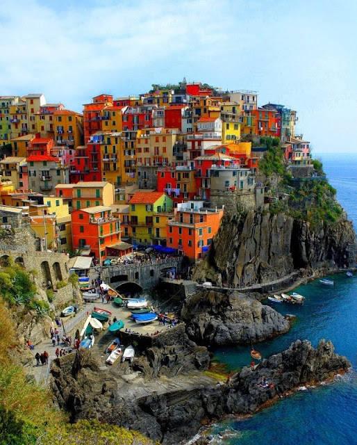 Desa ini diujulik dengan Desa Warna-Warni karena rumahnya yang berjajar berwarna-warni. :D