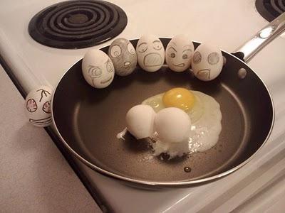 WOW..Lucu neh telurnya.. kira-kira kaya gini neh mimik wajah telur saat mau digoreng,,