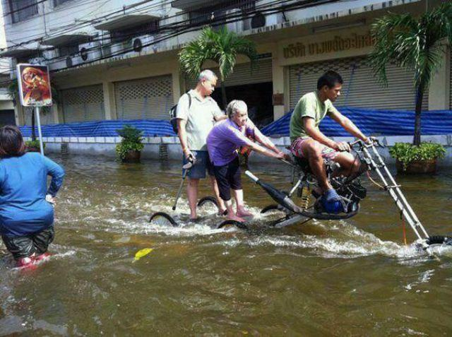 Nah.. kalau tempat kalian lagi musim banjir neh..mungkin bisa modifikasi motor kalian seperti ini,hehe..