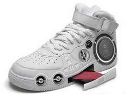 sepatu yg bisa mendengarkan lagu dan mengeluarkan lagu supersonic