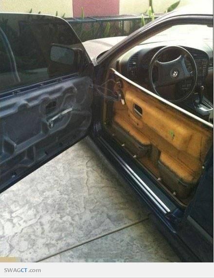 Ketika Membuka Pintu Mobil Kamu Seperti Ini ? What Are You Doing ?