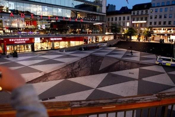 Awas! Ilusi optik! 'Mind your step adalah ilusi optik besar di alun-alun Stockholm yang dibuat oleh fotografer Erik Johansson.