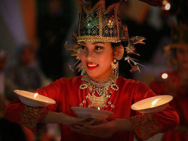 Pada pernikahan Minang, para undangan yang hadir disuguhi hiburan berupa tari piring dan dijamu dengan makanan khas Minangkabau. Dibagian samping kiri dan kanan pelaminan di gelar sepra (kain putih) tempat menjamu para undangan :)