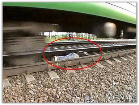 Aksi nekat cewek-cewek Rusia ini.. tiduran di atas rel kereta api...
