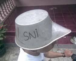 beginilah helm sni , yang cinta indonesia harus pakai helm dalam negeri dan jangan lupa klik wow nya