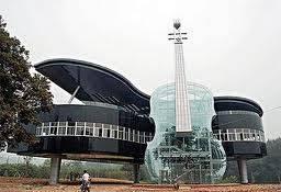 inilah rumah musik dengan bentuk gitar dan piano.... WOW...