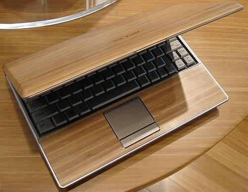 Inilah karya seni yang fenomenal dan unik. Kecanggihan rangkaian dan ideanya patut dipuji.Kesing dari Laptop ini berbahan dari kayu. Sungguh unik, menarik dan sensasional.