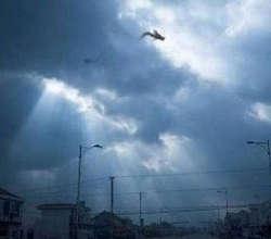 Seorang pria dari Fuzhou Cina Timur Provinsi Jiangxi mengkalim bahwa gambar ini adalah gambar yang bisa Anda slihat sebagai seekor naga. Guan Mulin mendokumentasikan peristiwa itu lewat handphonenya. Ketika aku sedang menyetir kembali ke rumah dan tiba-tiba mendapati orang-orang melihat langit. Saya memarkir mobil dan melihat apa yang terjadi. Di langit saya melihat sebuah gambar dua ekor naga, yang terbang diatas langit. Namun itu bisa saja seekor naga (obyek yang kedua adalah ekor) yang menyembul di sisi awan, kata Guan Mulin. Sebuah peristiwa yang aneh dan berlangsung beberapa menit, lalu sosok atau sesuatu tersebut tiba-tiba menghilang. Hoam atau tidak silahkan di teliti sendiri :)