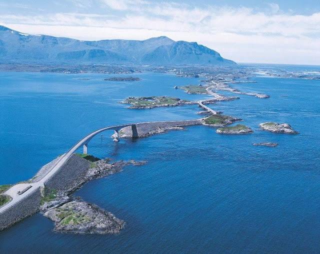 Jalan Lautan Atlantik (Atlantic Ocean Road)di Norway. Jalan yang menghubungkan dari satu pulau ke pulau lain
