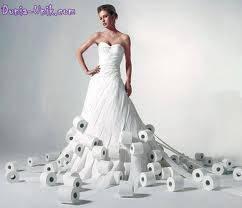 Ini adalah gaun yang terbuat dari berjuta juta roll tisu.Apa nggak gampang robek ya?WoWnya ya.....