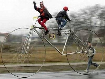 dengan kerja sama, kedua orang ini bisa membawa sepeda besar ini dengan cepat, wahh jangan lupa wownya ya. :D