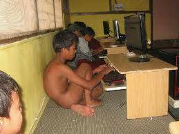 anak yg lage mengakses internet dg telanjang bulat wkwkwkkwkwk kalaw mw liat w0w dulu donk
