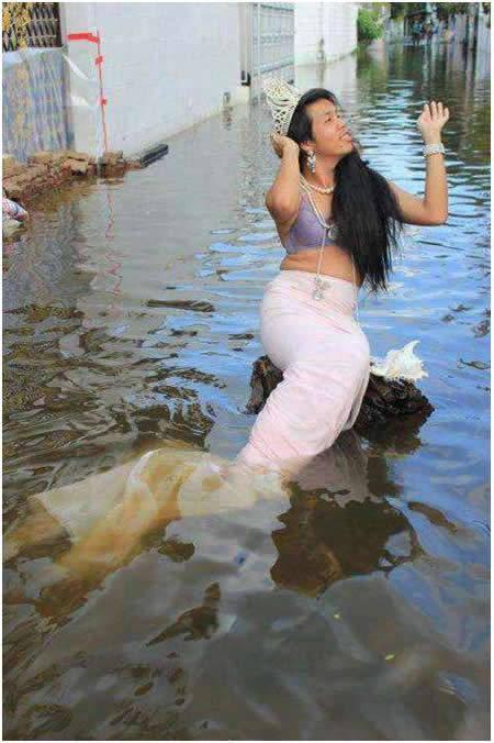 di temukan seonggok putri duyung di tengah2 banjir dikota jakarta,,,,, wkwkk :P jgn lupa wownya koplakk neh putri duyung