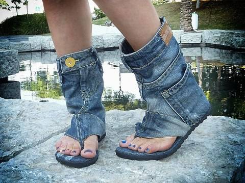 Jeans sandal ini berfungsi juga lho. Misalnya, kantongnya bisa dipake buat nyimpen harta rahasia. kixkix...