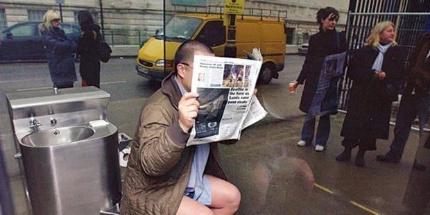 Toilet unik yang berada di depan galeri Tate Britain di London ini terbuat dari kaca tembus pandang satu arah. Artinya, Anda dapat melihat dengan jelas kondisi sekeliling Anda. Namun, orang-orang di luar tidak dapat melihat Anda. Wow.... :D
