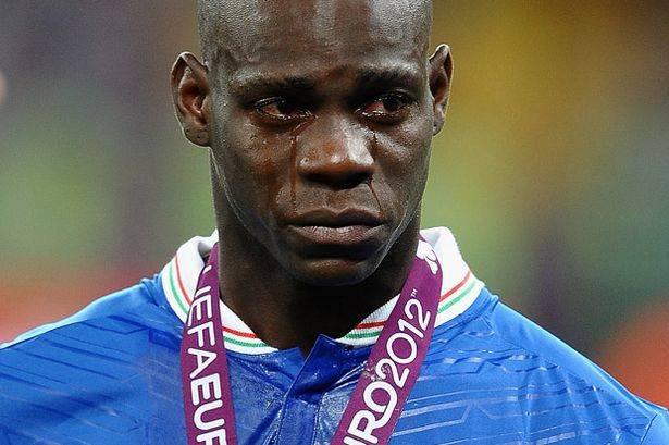 ternyata balotelli bisa nangis juga hehe :D, setelah kalah di final uefa euro 2012 dari spanyol.... #WOW