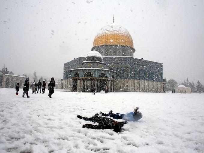 Dua negara yang selalu berseteru, Israel dan Palestina, tengah sama-sama direpotkan datangnya badai salju. Peristiwa alam ini fenomena langka di Timur Tengah. . .??