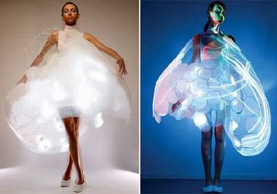 8. Emotion sensitive dress Gaun ini dapat menampilkan emosi Anda. The Bubelle Dress dirancang oleh raksasa elektronik Philips. Gaun sensitif emosi ini memiliki lapisan dalam yang terdiri dari sensor biometrik yang mengambil emosi seseorang da