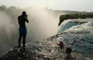Aneh tapi nyata: Di Zimbabwe, Afrika, ada kolam renang yg lokasinya berada pada ketinggian 128 meter. Hanya orang-orang yg punya nyali gede mau nyemplung ke dalamnya. Orang menyebutnya Kolam Renang Setan. Apa karena banyak setannya ?