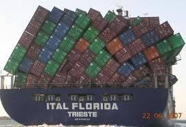 karena banjir , kapal ini rela menjadi korban tumpangan !! miris