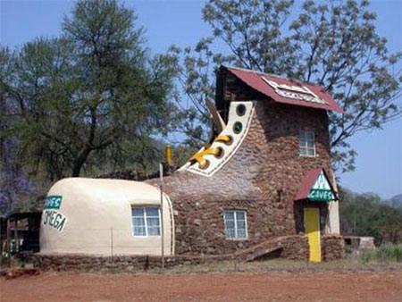 Rumah dengan desain sepatu... Wow,, seperti yang ada di film kartun ya... Kalau suka klik WOw donk.. :D