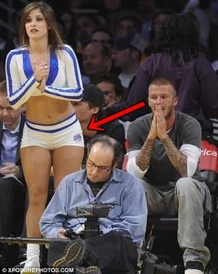 Walaupun Victoria Beckham Seksi David pun tetap saja terpana melirik seksinya seorang Cheerleader di satu pertandingan basket di Los Angeles. Wow.. :D