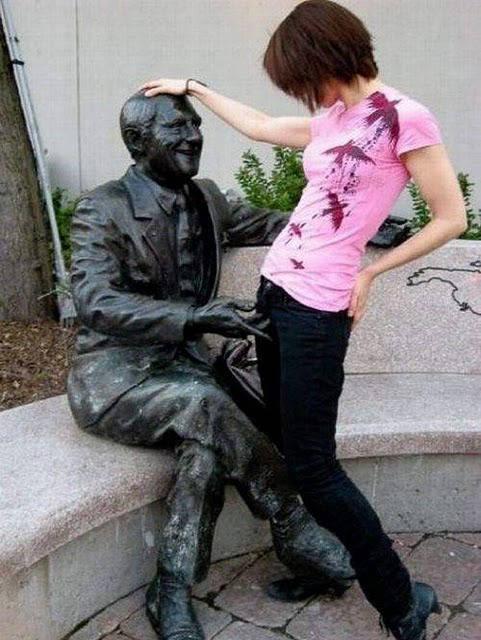 Cewek jahil................ Cewek ini mebuat pose seakan-akan patung tersebut sedang menyentuh kemaluan nya.. Wow....