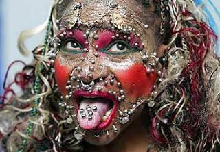 wow.. Elaine Davidson wanita kelahiran brazil mempunyai beberapa tato, 2500 piercings internal dan external, ada 500 disekitar alat kelamin (vagina). Total berat piercing yg dibawanya sekitar 3Kg.