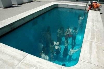 Kolam Renang Unik Berenang Tanpa Basah! Emang pantes kolam renang ini di sebut spektakuler, gimana tidak kolam renang ini terbuat dari kaca tembus pandang yang seolah-olah seperti ada orang didalam kolam tersebut… unik bukan ??