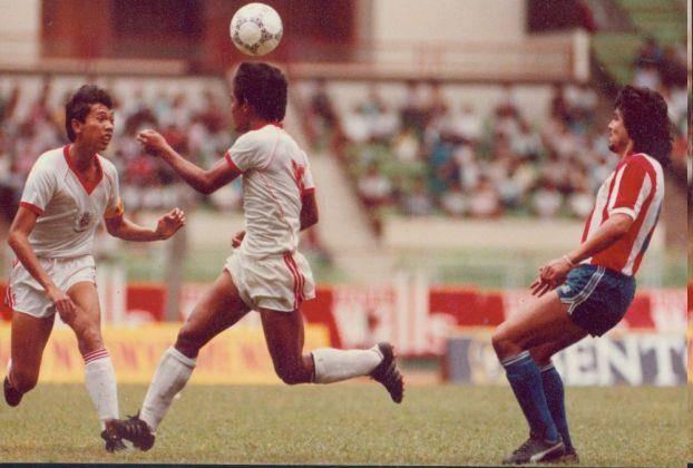 warta kusuma pelatih persipasi sekaligus pembela timnas indonesia. tepatnya sebelah kiri tahun 1990+