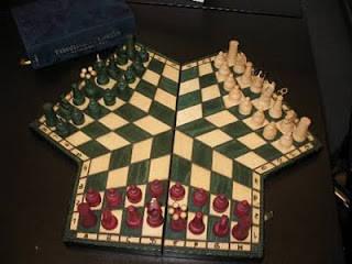 catur dari rusia ini bisa bermain untuk 3 orang, unik juga ya, jangan lupa wownya. :D