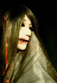Kisah hantu Kuchisake Onna sendiri menurut legenda kuno yang beredar merupakan seorang wanita muda yang hidup pada zaman Heian. Dia disebutkan sebagai seorang istri atau selir samurai. Ia dikaruniai wajah yang sangat cantik