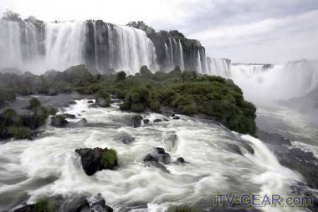 wow Air terjun Iguazu berada di perbatasan negara bagian Parana Brazil dan Provinsi Misiones di Argentina. Di Air terjun Iguazu ini ada sebuah legenda yang bercerita tentang kemarahan sang dewa. Sang dewa yang sakit hati melihat wanita bernama