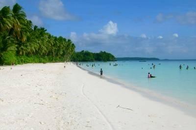 Pantai dengan pasir putih terindah di dunia gan.... indonesia punya wOw amazing......^__^