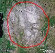 Salah seorang anggota komunitas Google Earth yang bernama 'ear1grey' mem-posting sebuah penemuan yang fenomenal. Dia menemukan gambar raksasa santa dengan tinggi 36 mil. Entah ini asli fenomena alam atau buatan manusia.