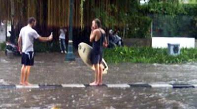 Ada Turis Surfing di Banjir Jakarta - Banjir yang sedang melanda Jakarta akhir-akhir ini membuat 2 turis ini buat ulang gokil mencoba untuk surfing di Banjir tepatnya di tengah trotoar ruas jalan Wahid Hasyim, Jakarta Pusat. EDAN....