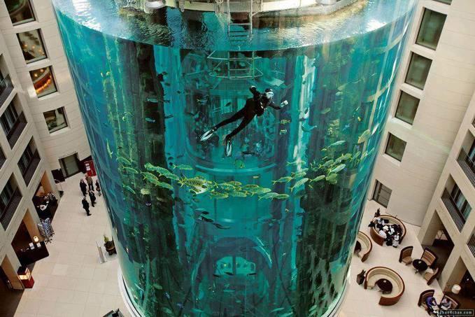 Aquarium raksasa di Blue Hotel, Jerman.. kalo kacanya pecah, hotelnya kebanjiran..