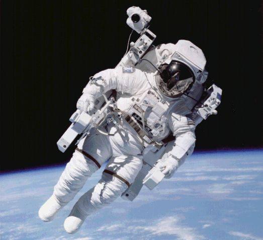se orang astronot yang pergi ke luar angkasa sendirian dengan alat-alat yang dia ciptakan membuat dia terkenal dan membuat nya bisa hidup lebih mandiri waw