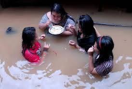 wahhhh..,,, kasian banget ya... sampai segitunya disaat banjir JAKARTA memang parah banjir jakarta apa gak jijik tuh makan ditengah banjir iya kalau bersih kalau kena airnya gimana ckckckckckck.... Di WOW ya...