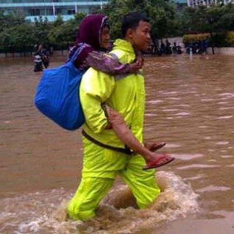 Hebat! Polisi Ini Gendong Nenek Amsinah Lintasi Banjir di Bundaran HI... ini baru namanya polisi... WOW-nya donk....