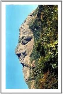 Wajah tersenyum ini hanya bisa dilihat dari ketinggian). Gunung unik ini berada di Junagadh, Gujarat, India. Gunung ini juga dikenal sebagai Girnar Hill, di sini terdapat Kuil Bhavnath. Sebenarnya hasil gambar luar biasa ini merupakan trik foto