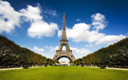 MENARA EIFFEL sesuai dengan nama perancangnya : Gustave Eiffel saat ini tinggi menara eiffel 324 meter, obyek nomer 1 di Prancis ini terdapat 1.665 anak buah tangga bagi yang suka berolah raga dan 2 buah lift yang naik ke tingkat 2