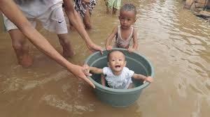 inilah hal yang unik dan lucu yang dilakukan warga kepada anak nya pada saat banjir di jakarta